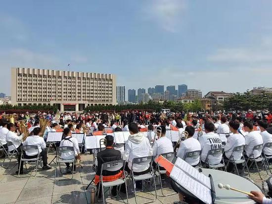 一曲《我和我的祖国》 千人齐声奏响滨城
