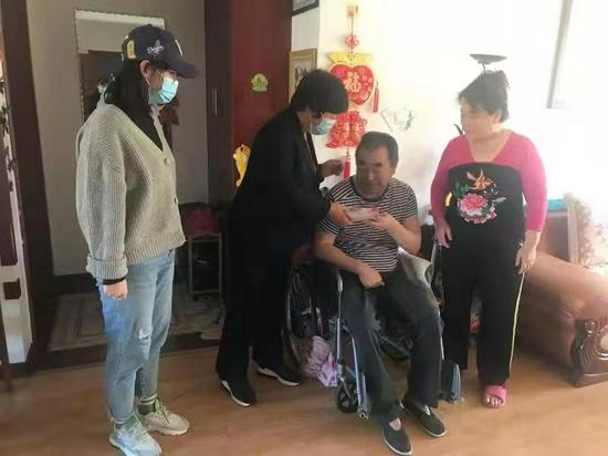 辛寨子街道重阳节走访慰问辖区退休老人