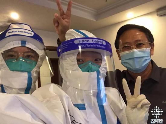 照片中间的这位女孩名叫李亭燕,是金普新区某隔离酒店里年龄最小的志愿者。