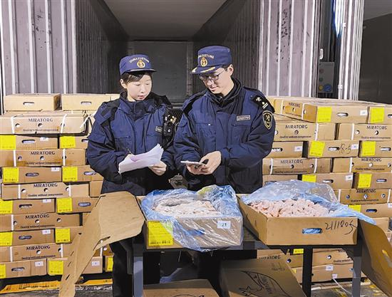 大连海关关员对进口肉类进行开拆查验。李进 摄