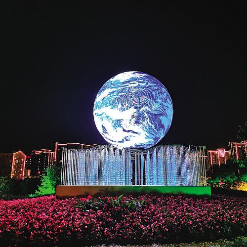 东港、海军广场、中山广场、友好广场、希望广场、星海广场……华美多彩的灯光,将大连映衬成一幅美丽画卷。