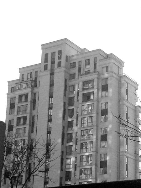 孙女士的家在红凌路大华锦绣华城小区。由于北阳台是开放的,2013年装修期间,孙女士定做了一扇阳台窗户,准备将阳台封闭。据孙女士介绍,安装窗户时,工人还未将窗户抬到楼上,就被当时的物业经理和楼管员拦下,以物业不让封阳台为由没收了窗户。如今,事情过去了两年,被没收的窗户去向成谜。