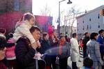美国市政府升五星红旗迎春节 华人激动