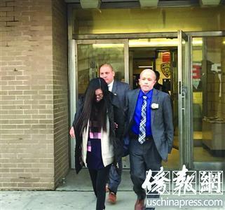 15日,华裔母亲李琳(音译)被押出纽约市警局72分局,送往法庭受审。