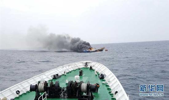 这是9月29日在全罗南道新安郡附近海域拍摄的起火的中国渔船。
