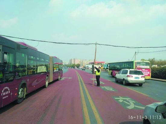 交警撑杆疏导交通。图片由交警部门提供