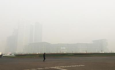 一位市民走在星海广场,身后的建筑几乎看不见。