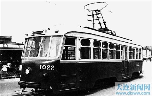 """1951年10月1日,旅大市交通公司电车工厂自行设计制造的我国第一辆有轨电车1000型""""成功""""号。"""