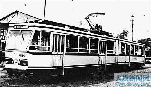 1983年4月1日,大连市交通公司电车工厂研制成功我国第一辆六轴铰接式有轨电车DL621型有轨电车,为我国设计制造大型轻轨电车奠定了基础。
