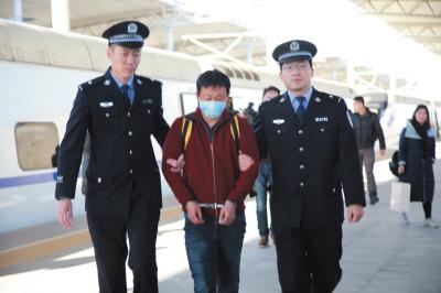 周某被警方从车站带回。