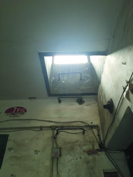 顶层有一个通道口,顺着梯子可以爬上楼顶。