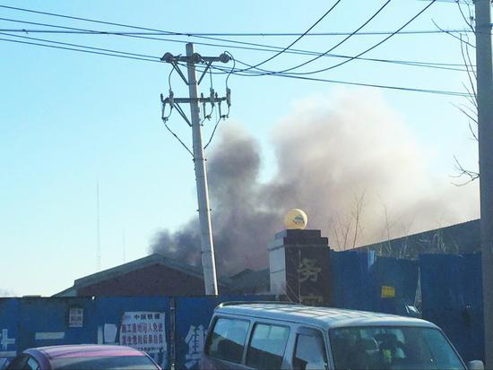 ◆滚滚浓烟不断从房子里往外涌,围观者被呛得不断咳嗽。