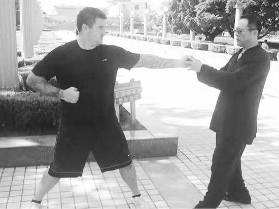 许锐与美国武术爱好者切磋武艺。 (图片由受访者提供)