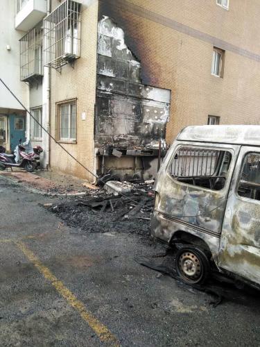 面包车被烧成了空壳。