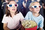 父母带幼女看英文电影全程念字幕