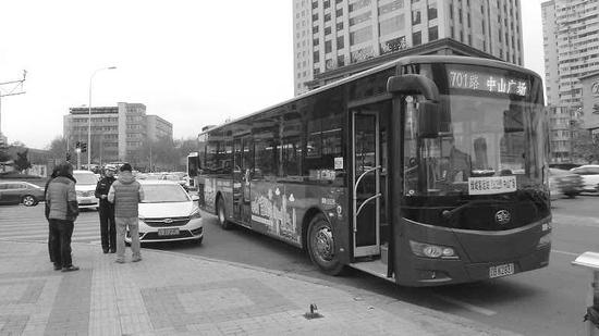 儿童医院附近,私家车撞上公交车,占道未撤。