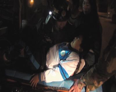 消防员救援孩子。