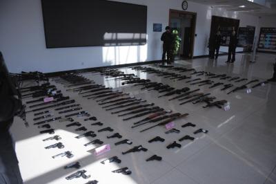 公安机关缴获的枪支。