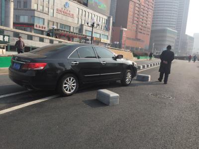 事故车辆骑虎难下。