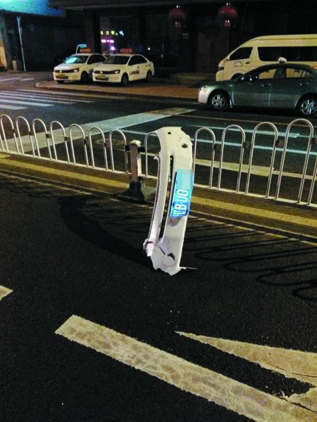 目击者说,看现场就知道肇事车的速度有多快了。