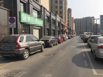 张前路乐购东侧一条单行道,一侧违停车辆无视路边的警示牌。