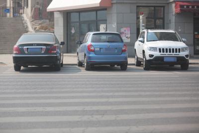 """辛塔街,斑马线上,也被违停车辆""""占领""""。"""