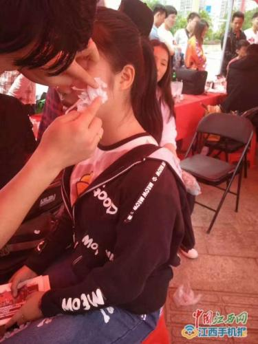 4月23日南昌天虹举办活动给参与者化妆。