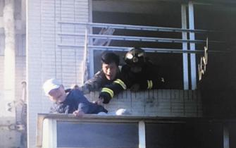 老人不慎掉到外阳台上