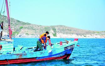 甘区增殖渔业资源 投放1.7亿尾虾苗