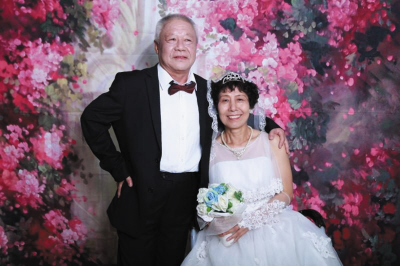 许阿姨和姜大叔的婚纱照。