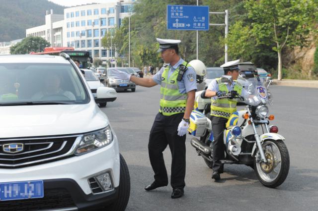 交警每天劝离违停车数百辆