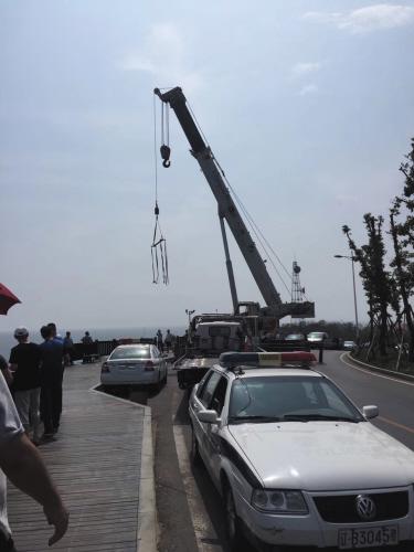 吊车正在现场准备救援。