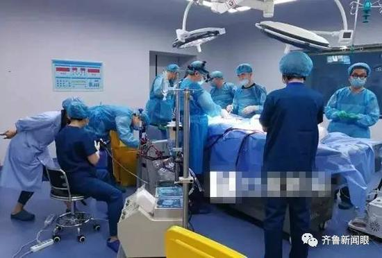 银丰研究院和齐鲁医院的专家正在为展文莲进行人体低温保存操作 银丰研究院供图