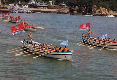 142名海军官兵摇桨驾舟横渡渤海海峡。