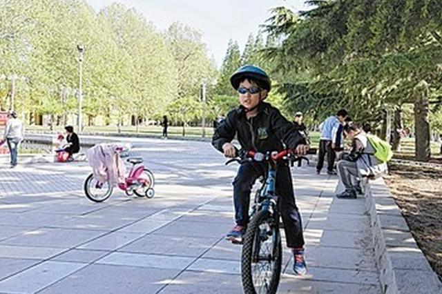 共享单车现身大连街头 市民注意骑行安全