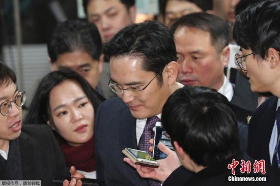 2017年1月18日,韩国首尔,三星电子副会长李在镕就独检组批捕申请事件接受法院审讯后回家,遭到记者围堵。