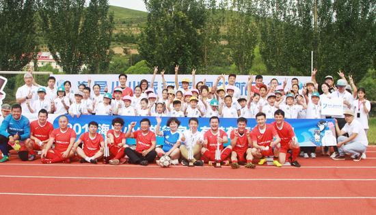 海昌小小旅行家与鞠萍姐姐为央视明星足球队加油助威
