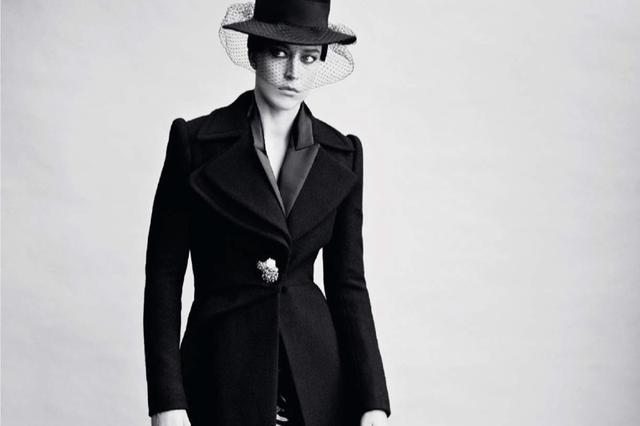 巴西超模深色调搭配诠释时尚