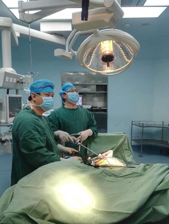 图为王大巍主任在手术中