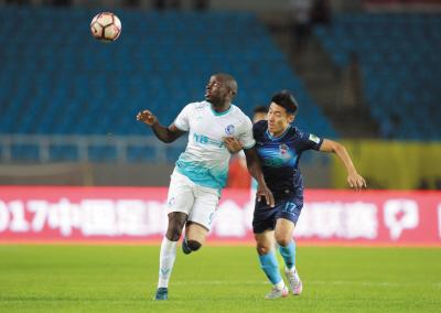 穆谢奎(左)打进大连一方全场比赛唯一进球。王华摄