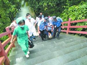 银瓶山工作人员和辅警6人抬着伤者下山。