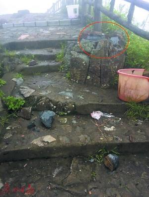 当时被雷电击碎的石块。