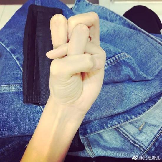 """古力娜扎""""手指打结"""""""