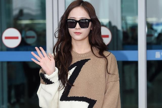 郑秀晶Krystal亮相机场 穿毛衣冷艳变软萌