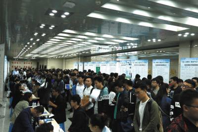 """""""人才大篷车""""在哈尔滨理工大学的专场招聘会吸引了哈尔滨市各个高校的应届毕业生前来应聘。"""