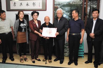 张凤阁再次捐出10万元养老钱。