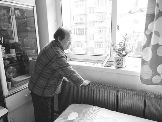 家里暖气冰凉,老人很着急。
