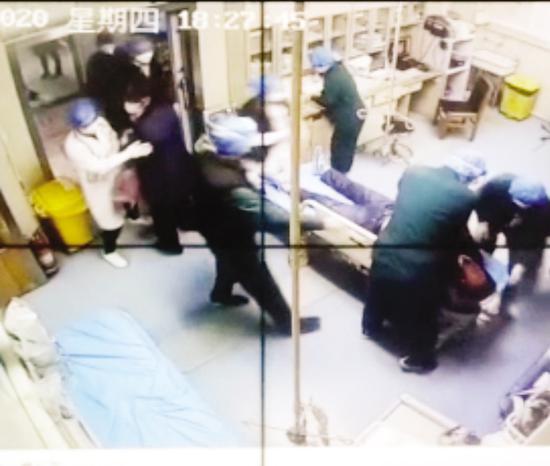 医护人员合力开展紧急救援。