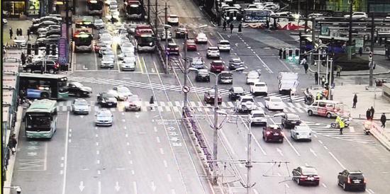 人行信号灯为绿灯时行人可走斑马线斜穿马路。
