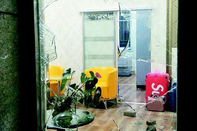宠物店门窗玻璃被砸出大洞。